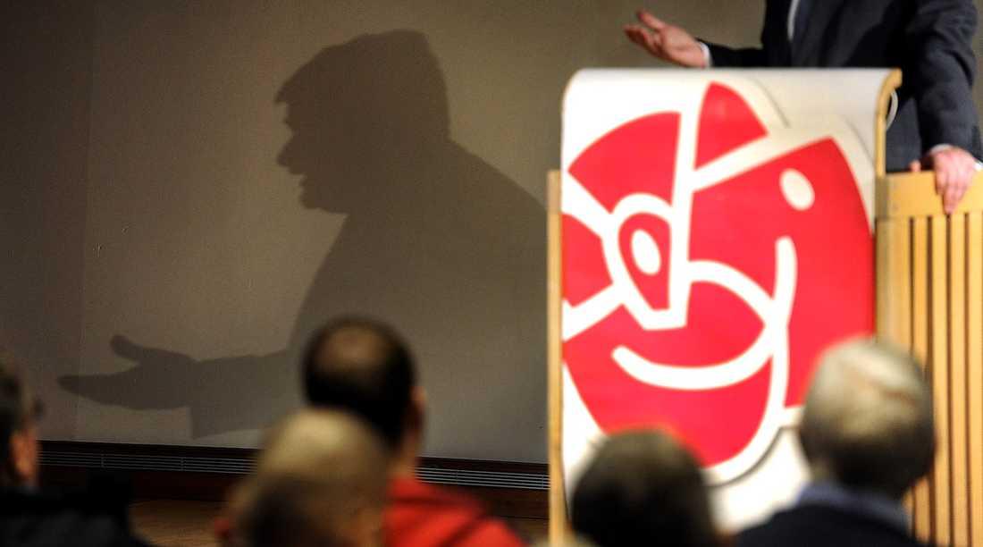 Socialdemokraterna måste sluta jobba i skuggorna, och öppna upp sin valprocess, tycker debattören.