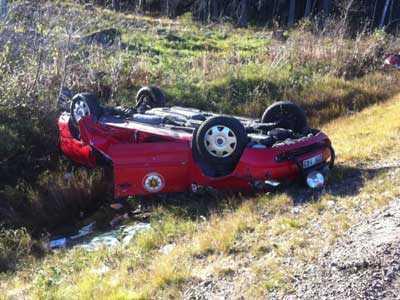 Strax norr om olyckan voltade en av räddningstjänstens bilar av vägen.