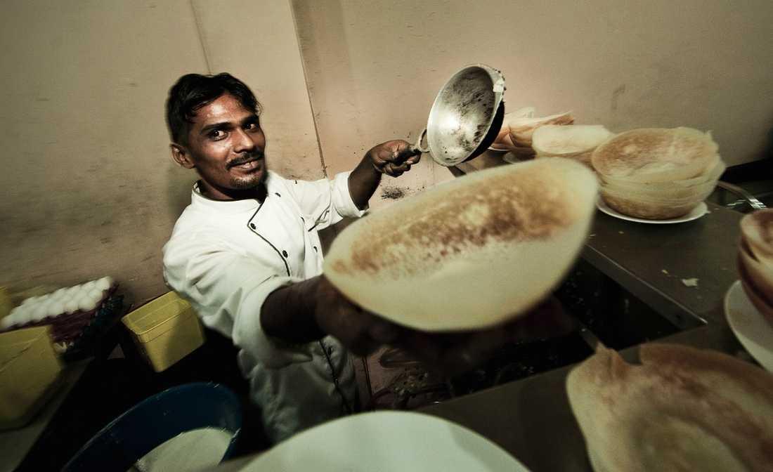 Abdul Bari på Sira Hotel & Bakery i Kandy kan konsten att grädda hoppers, de skålformade lankeiska crepesen som är var mans favorit-fast food, gärna med curry/chiliröra inuti.