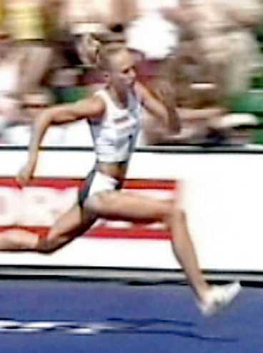 I det andra tävlingshoppet för dagens gick Kajsa Bergqvists hälsena av några steg före upphoppet vid ribban.