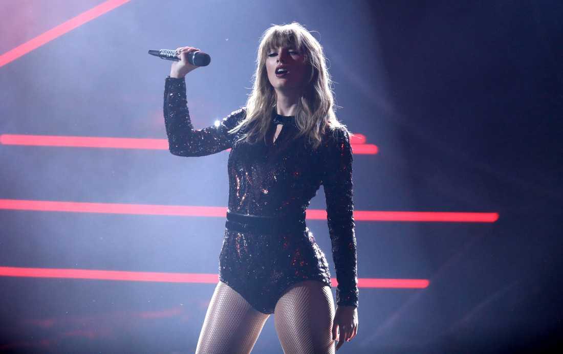 Taylor Swift prisades och uppträdde på American Music Awards.