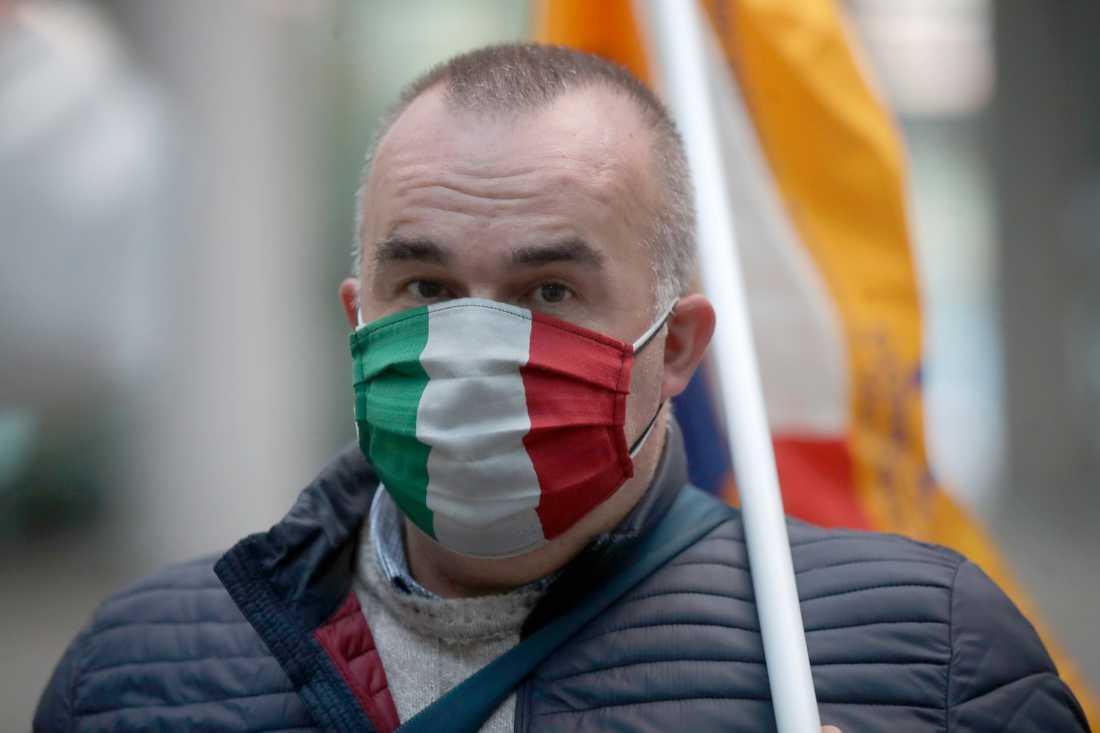 En man protesterar mot återinförda virusrestriktioner i Milano sedan smittan ånyo gått upp.