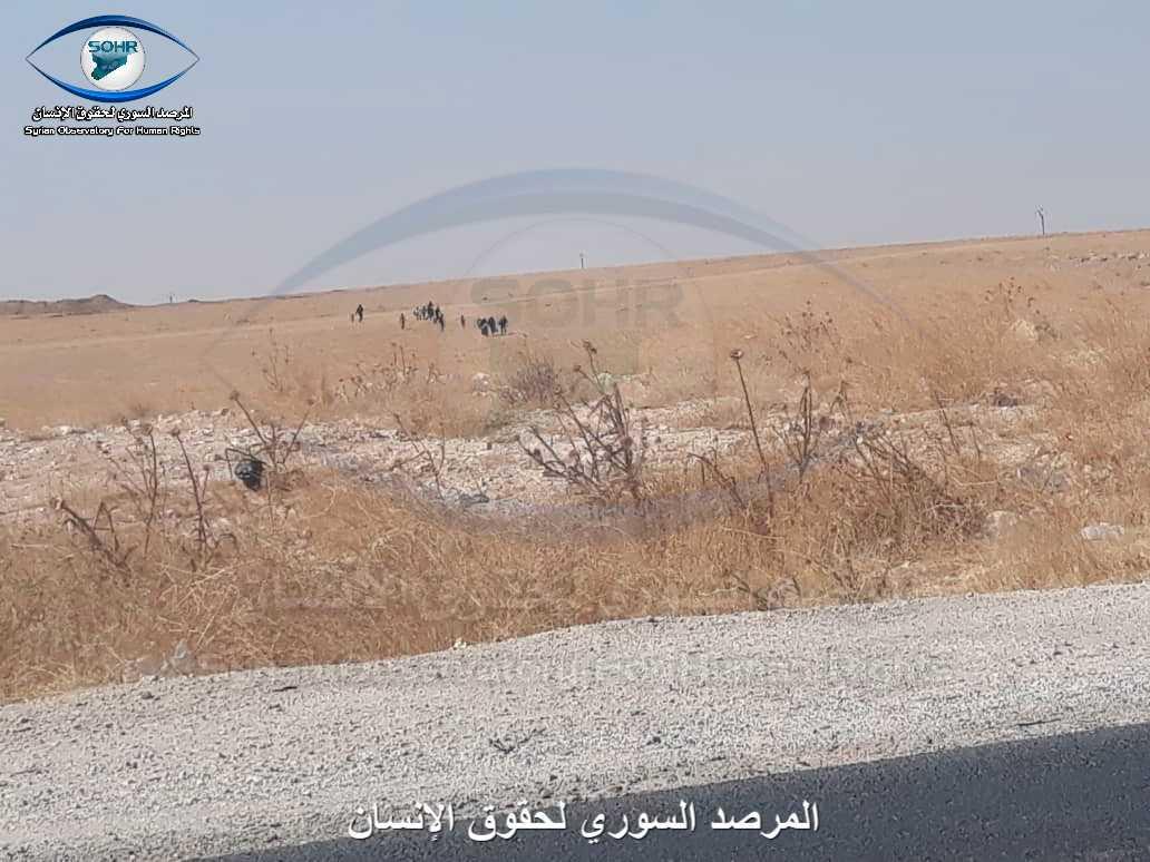 Bilden visar när människor rymmer ut ur ett läger i norra Syrien.