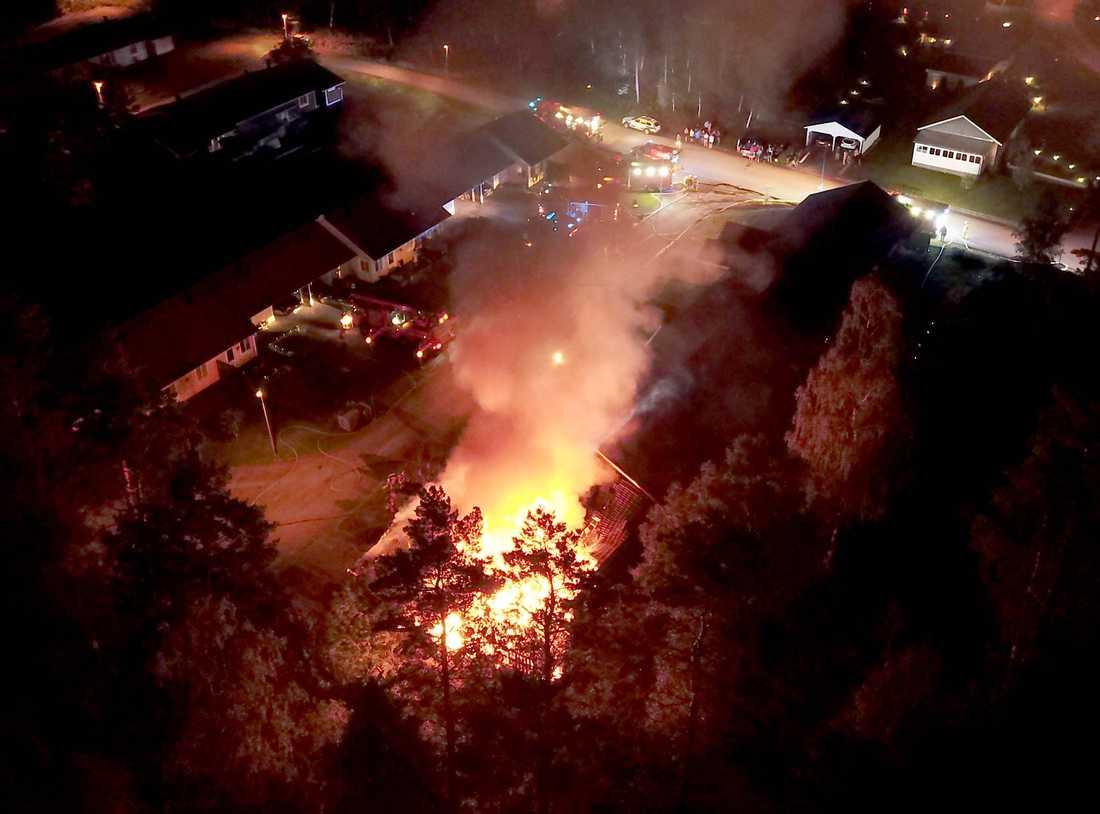 En brand bröt ut i en radhuslänga med lägenheter i Ljungsarp i Tranemo kommun på fredagskvällen.