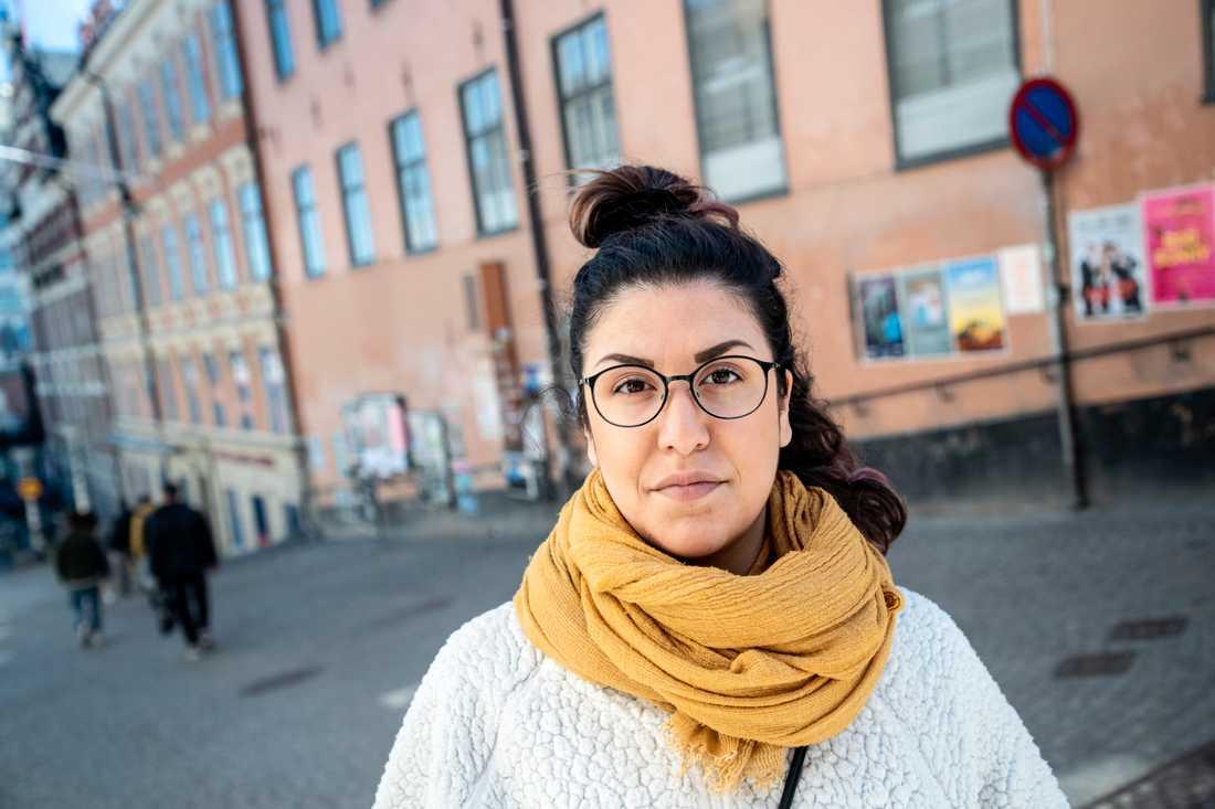 Carla Sanchez har hyrt elsparkcyklar flera gånger. Hon tycker att det ska finnas fler säkerhetsregler som styr vilka tider på dygnet man får använda dem och vilka skydd man behöver ha, till exempel hjälm.