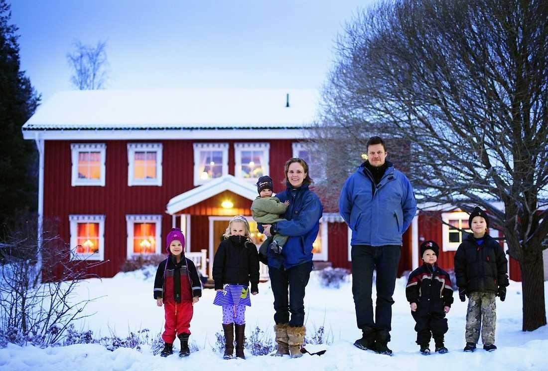 Nilo, 4, Klara, 6, mamma Anna, 36 med Vilmer, 1, pappa Pekka, 46, Nils, 2, och Kalle, 6, bor i ett rött hus med vita knutar i Bureå utanför Skellefteå.