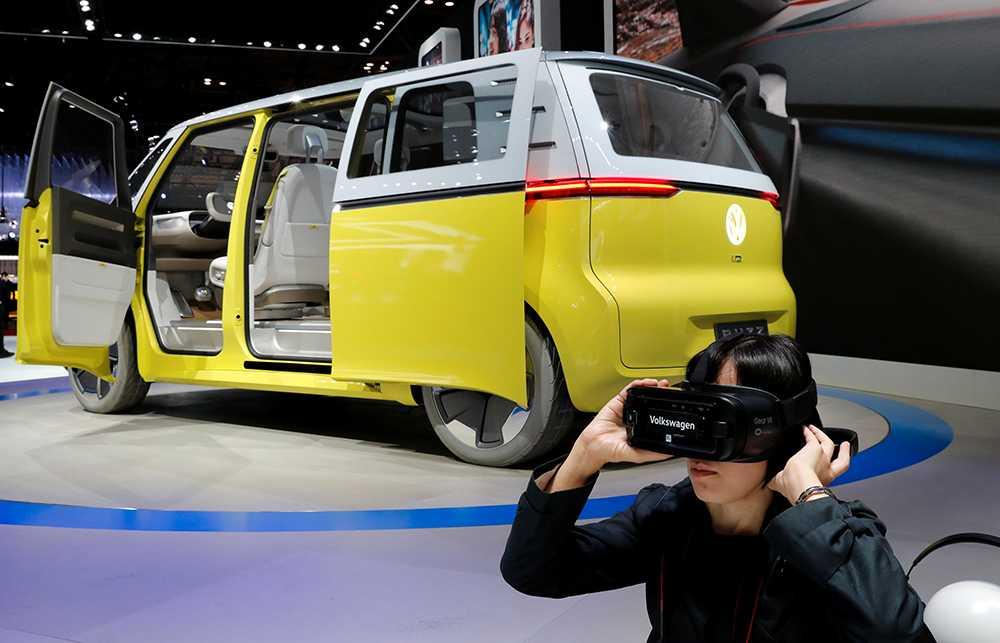 VR och folkabussen. En besökare studerar Volkswagens eldrivna koncept I.D. från utsidan och tar en tur invändigt i VR-ögon.