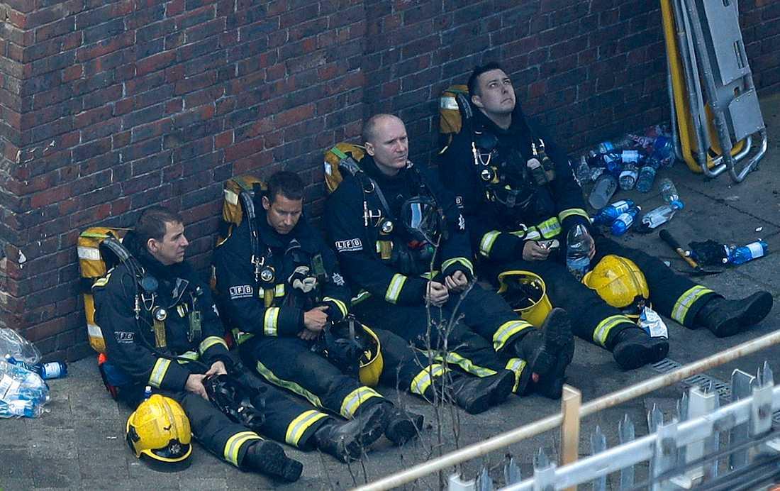 Räddningsarbetet efter branden pågår fortfarande.