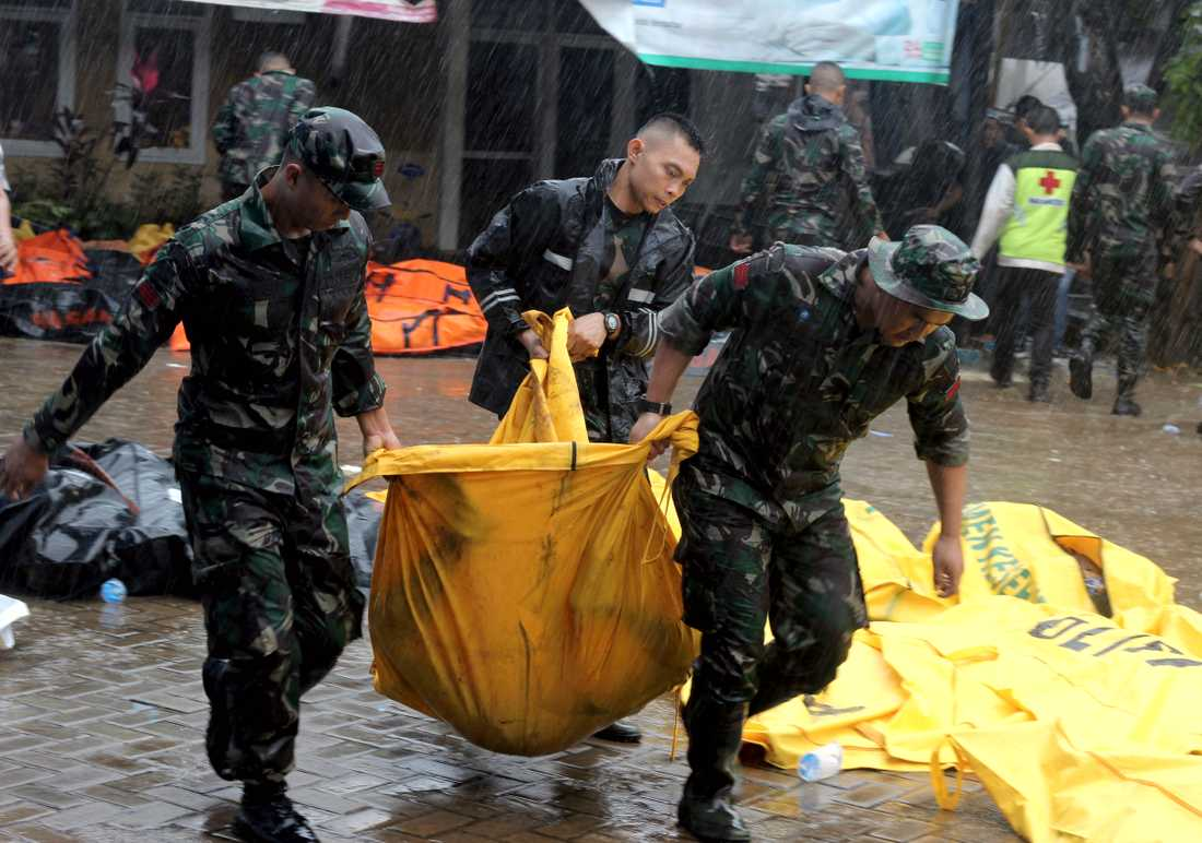 Minst 222 personer har dött efter att en tsunami nådde stränderna vid Sundasundet i Indonesien.