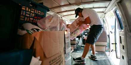 FLYR UNDAN STORMEN GUSTAV. Jorge Montanes packar bilen full. Han och familjen lämnar Chalmettes i Louisiana på fredagen. Då hade Gustav redan dödat över 70 människor i Karibien.