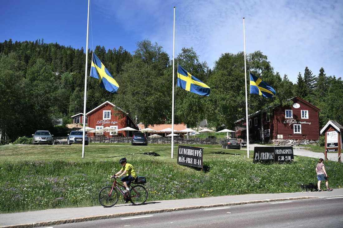 Flagorna är på halv stång på Järvsö.