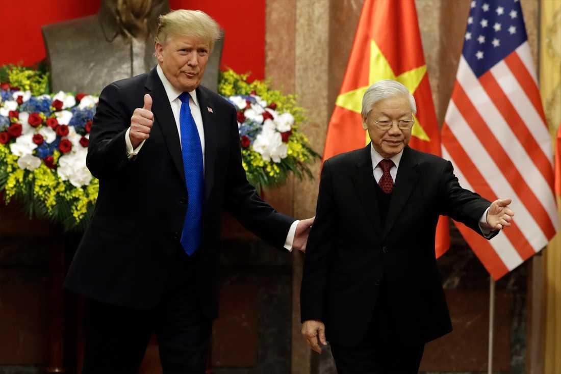 Donald Trump gör tummen upp när han träffar Vietnams president Nguyen Phu Trong.