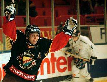 DÄR SATT DEN! Det gick inte att ta fel på Mikael Johanssons glädje sedan han blivit poängbäst genom tiderna i Djurgården. Veteranen gjorde piruetter på isen och skrek av glädje.