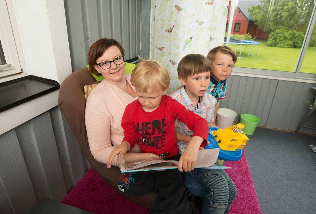 Carina Ekman när Aftonbladet intervjuade henne sommaren 2016. Här tillsammans med sina tre barn Stig, 4, Sten, 6, och Sixten, då 8.