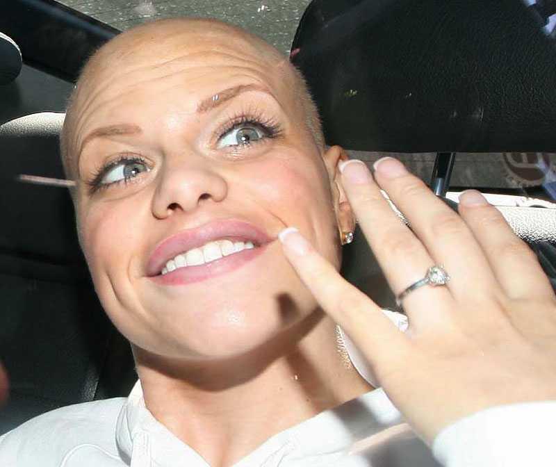 Jade visar upp sin förlovningsring, bilden togs i går. Den riktiga ringen kommer finnas på de bilder som hon sålt dyrt från bröllopet.