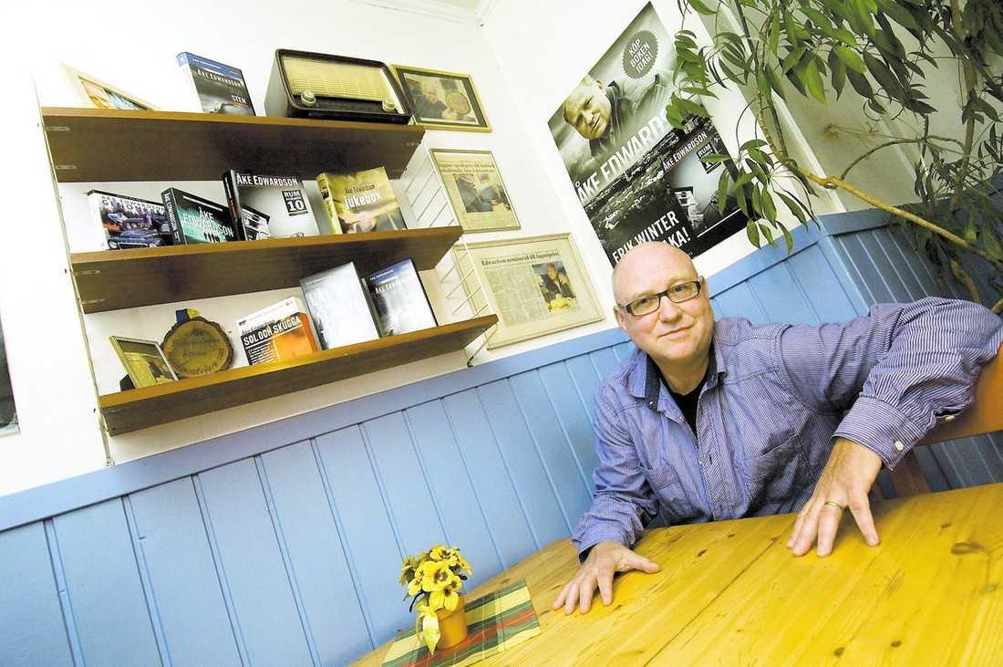"""idolhörna Den gamla hembygden är stolt över traktens son. På Melins konditori i Sävsjö har Åke Edwardson fått en egen hörna. Nästa bok som hamnar på hyllan efter deckarserien kommer att heta """"Bungalow"""", om en man som tror att han är döende och gör sin sista resa."""