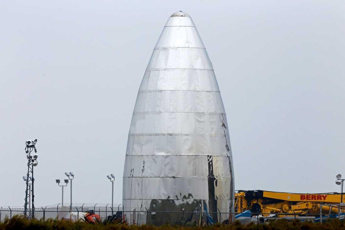 Prototypen för rymdraketen Starship står på testanläggningen Boca Chica Beach i Texas.
