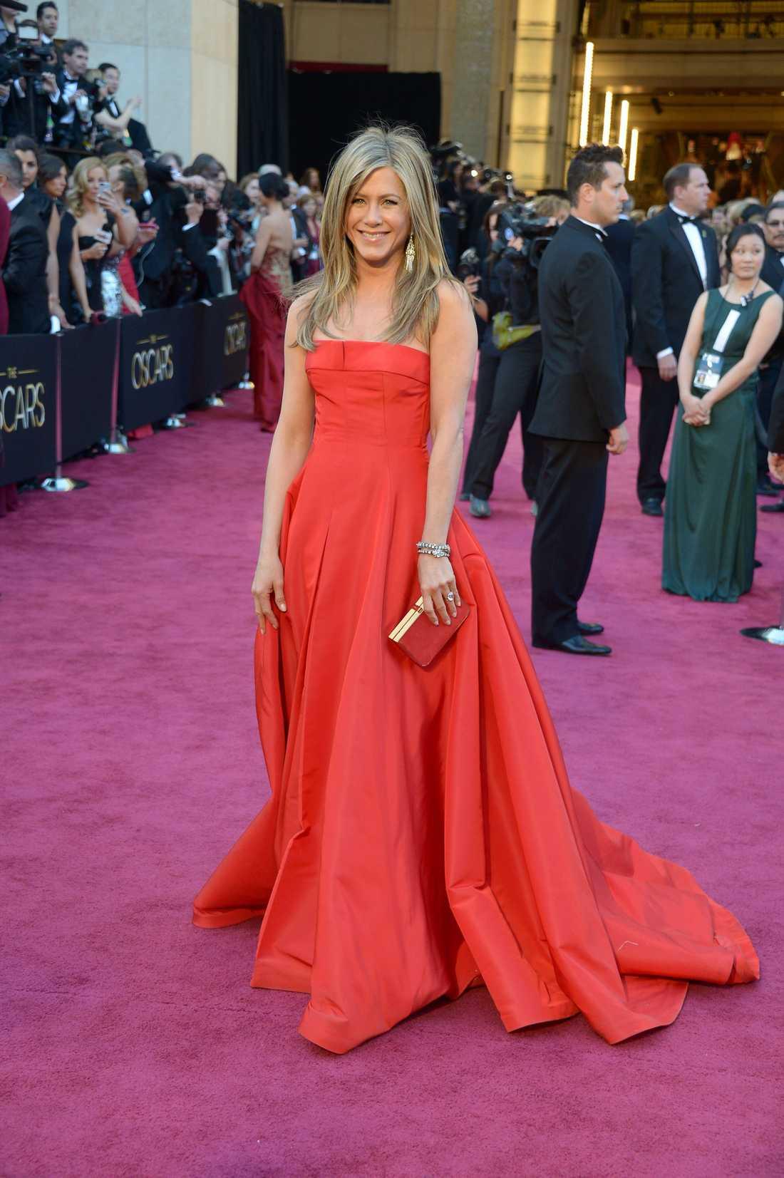 """Jennifer Aniston Det är minst sagt axelbandslöst som gäller i år. Aniston prickar dessutom in den andra trenden för natten: avslappnad frisyr. Självklart är Jennifer en vacker vy i Valentino men jag kan inte låta bli att känna tröttsamhet inför denna typen av """"säkra"""" klänningar. 3 plus."""