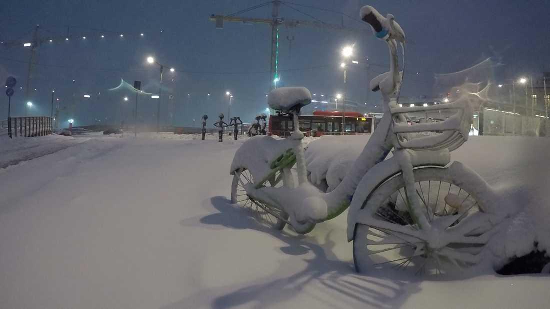 Trafiken lamslogs i helgen, bland annat i Stockholm (bilden), när stora delar av Sverige överraskades av ett kraftigt snöfall.