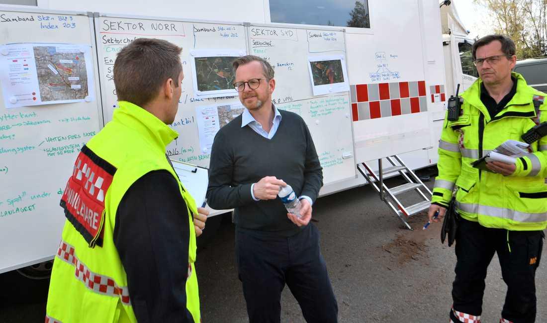 Inrikesminister Mikael Damberg (S) besöker ledningsplatsen för styrkorna som bekämpar skogsbranden utan för Hästveda.