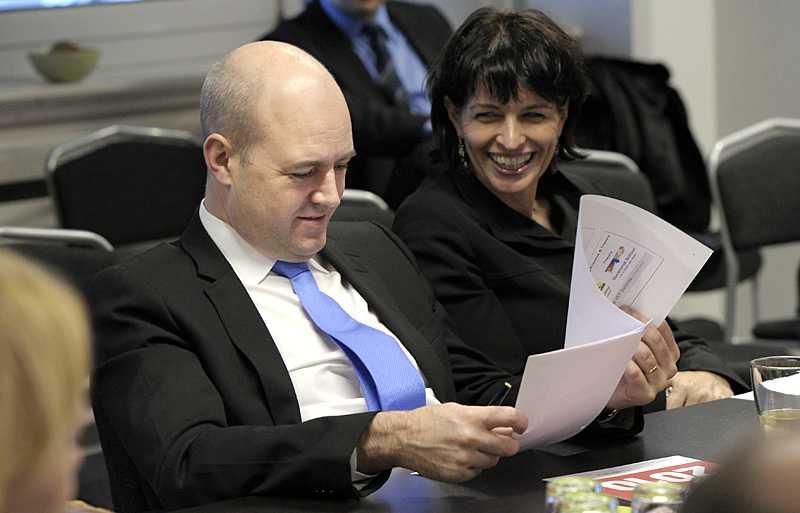 Fredrik Reinfeldt besökte Ikea i Bern under måndagen - och kommenterade uppgifterna om ett hemligt informationsutbyte med USA.