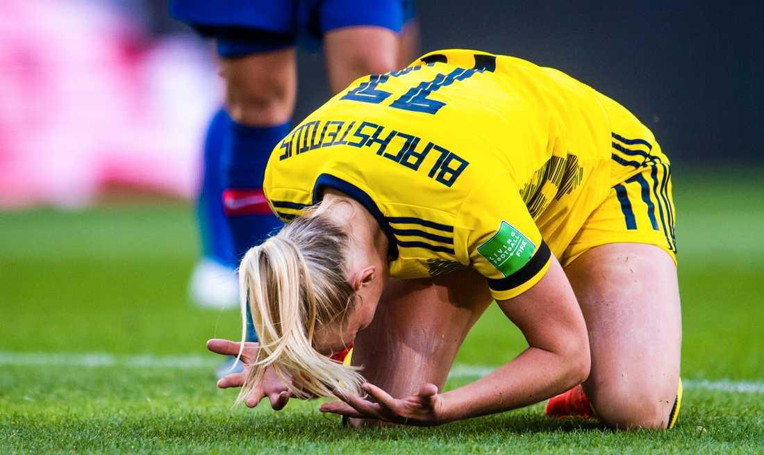 En besviken Stina Blackstenius på VM-matchen mot Chile i Rennes.