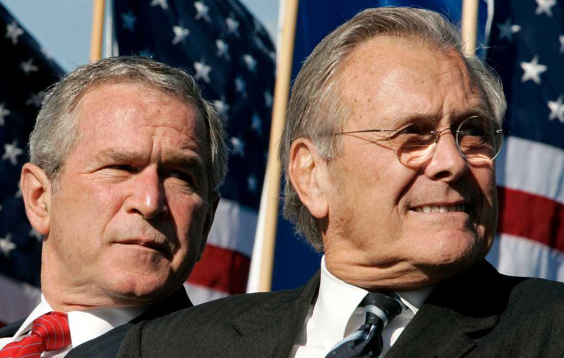 President George W Bush och försvarsminister Donald Rumsfeld startade kriget i Afghanistan år 2001. Arkivbild från 2006.