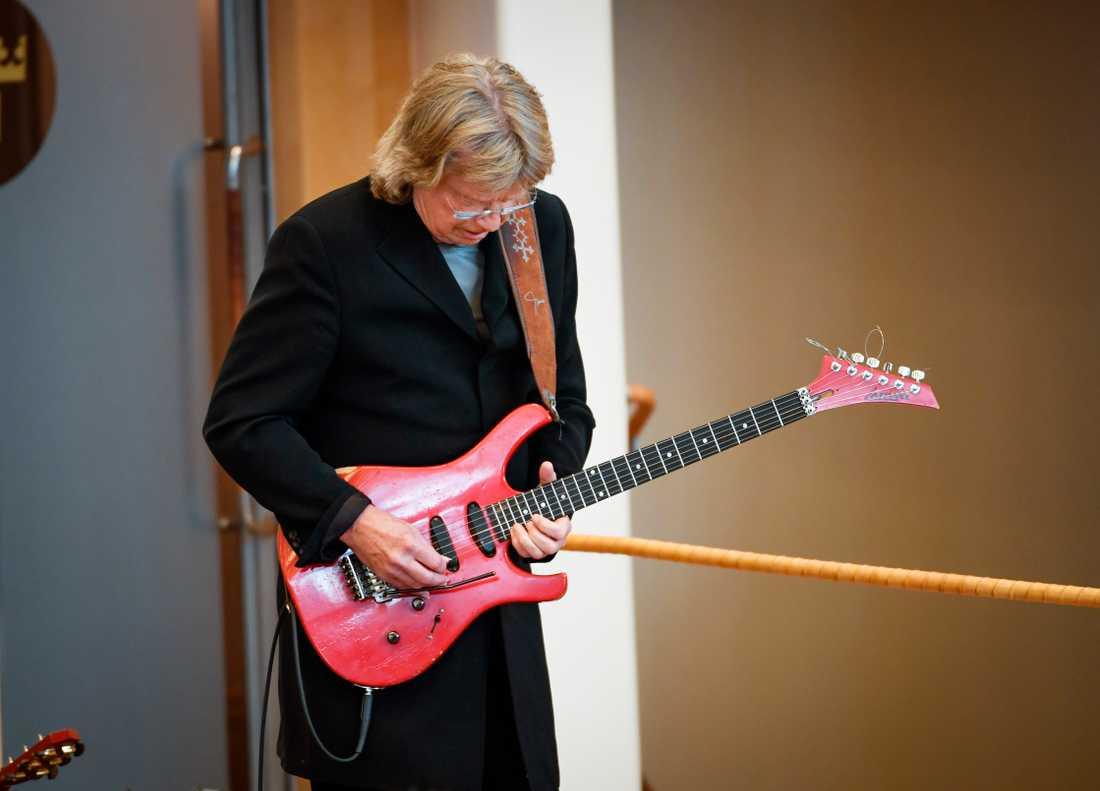Janne Scaffers röda gitarr är stulen. Nu pressas han på pengar.