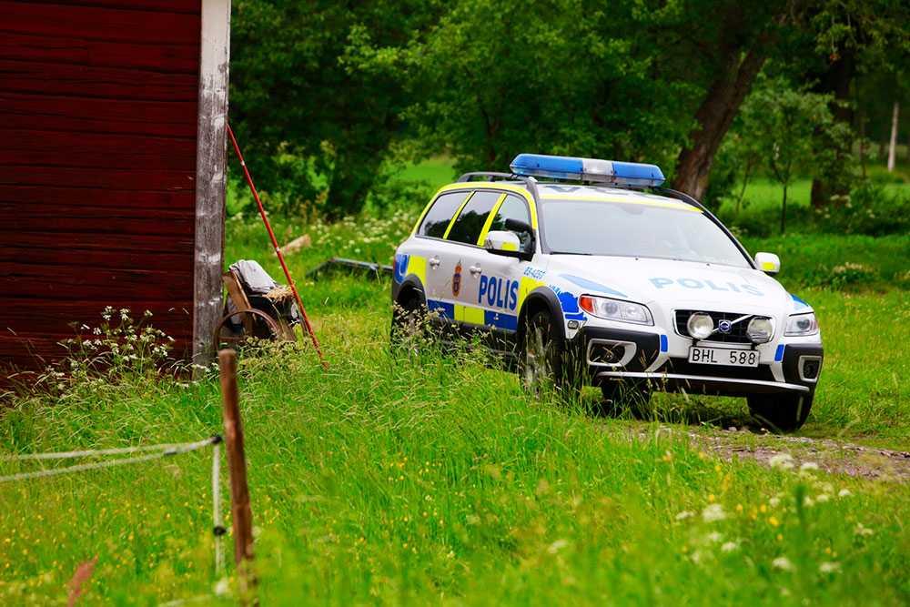 En gård utanför Kumla är avspärrad sedan polisen inlett en förundersökning om mord.