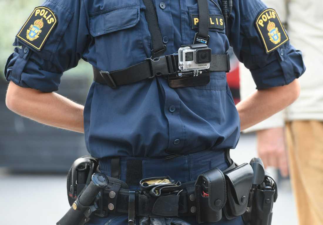 En polis utrustad med kroppskamera. Arkivbild.
