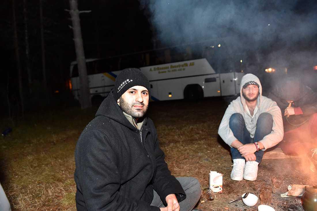 – Vi vill inte stanna här. Vi sitter här tills vi når en lösning, säger Ahmad Assaf, 30, från Libanon.