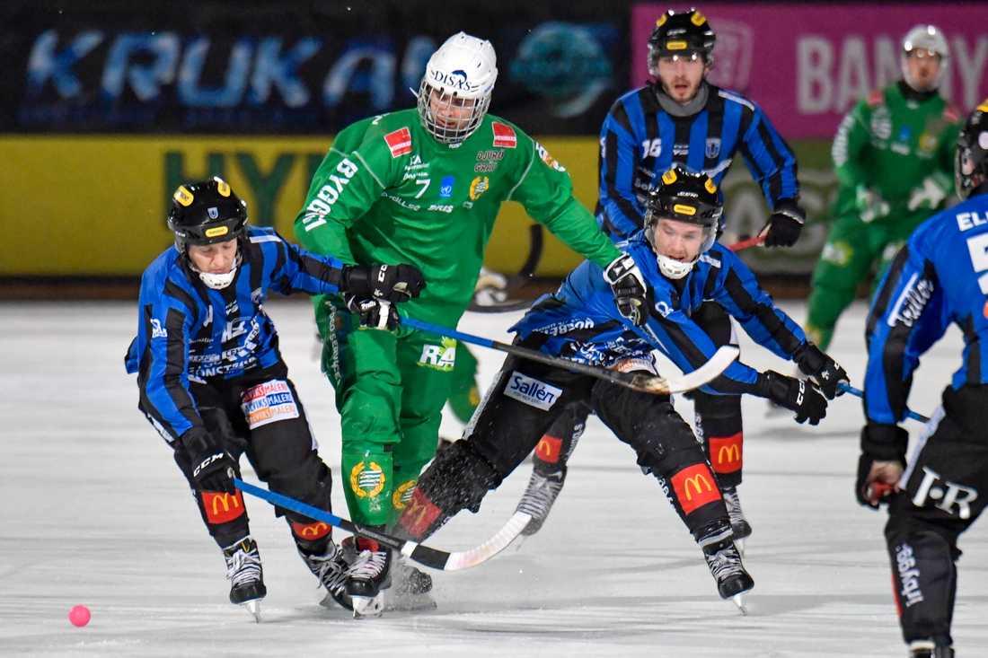 Hammarbys Jesper Jonsson (mitten) hade målfest mot Falun. Arkivbild.