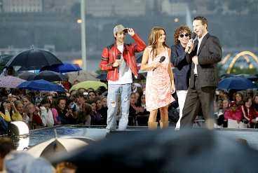 MUSIKERNA VÅGADE INTE STANNA Regnet öste ner under allsångspremiären. Skyfallet var så kraftigt att musikerna inte vågade stå kvar på scen och de förväntade extranumren stoppades.