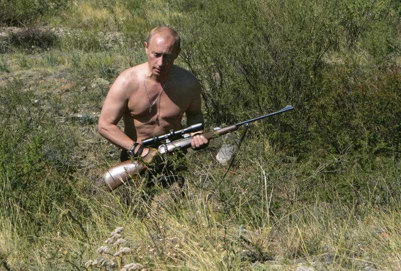 Jägare Putin odlar aktivt bilden av sig själv som tuff och hård via statskontrollerad media. Här jagar han i bar överkropp.