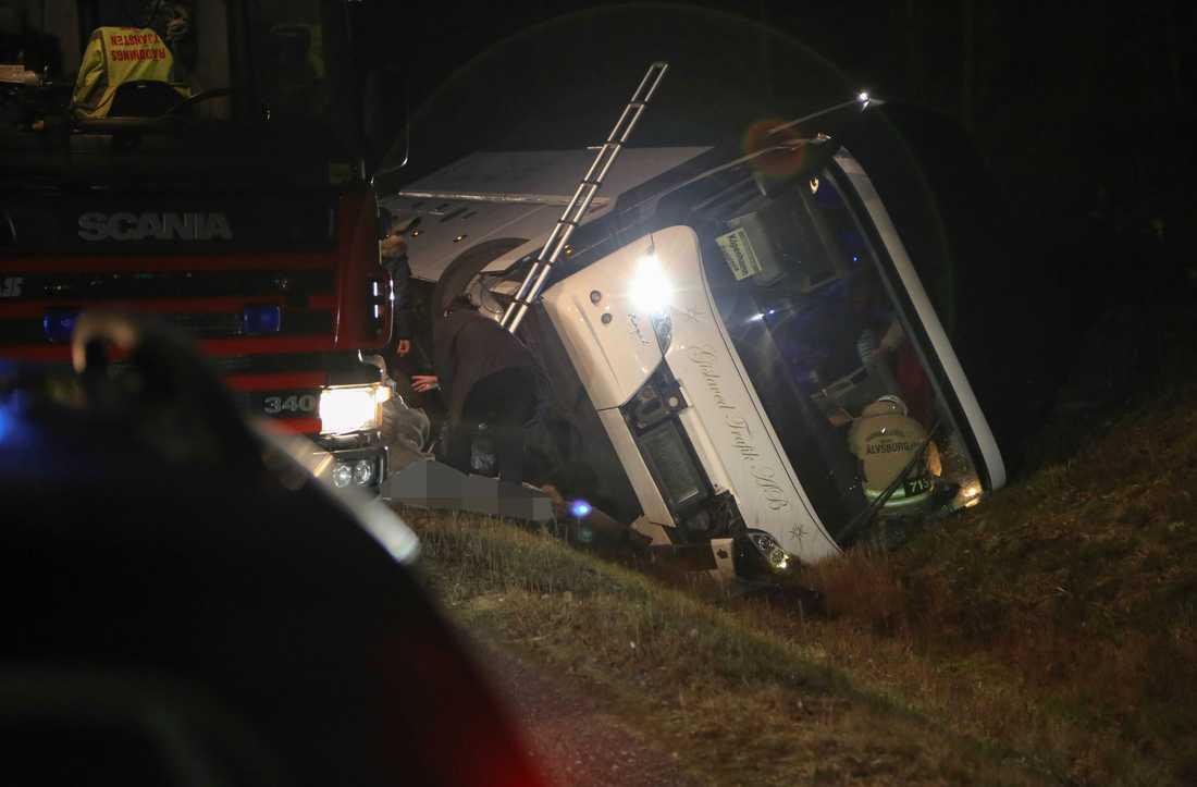 Bussen välte efter olyckan.