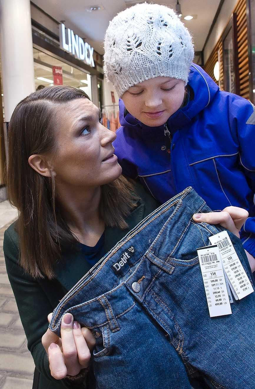 """""""VARFÖR SKILLNAD?"""" Aftonbladets krönikör Malin Wollin tillsammans med dottern Astrid och två jeans i samma storlek från Lindex."""