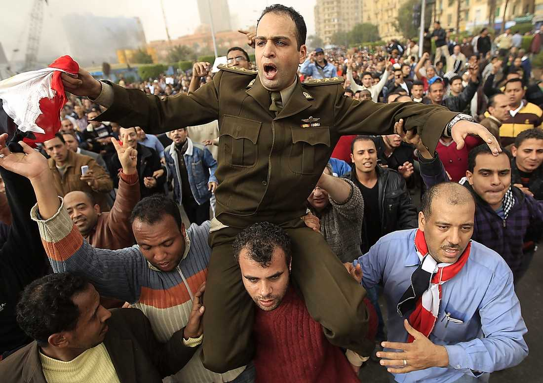 En egyptisk officer bärs fram av demonstranter. Foto: GORAN TOMASEVIC/REUTERS