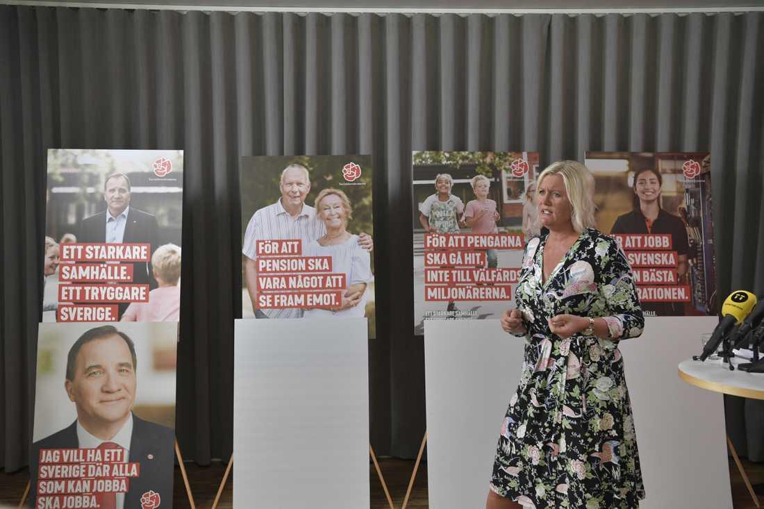 Lena Rådström Baastad presenterar affischerna för Socialdemokraternas valkampanj.