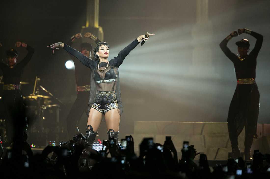 Rihanna är en av allt fler artister som vänder sig mot att hela tiden bli filmad av publiken. Här under en spelning i Australien 2013.