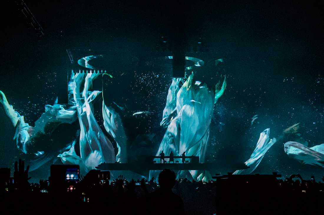 Swedish House Mafia på Tele 2 arena är en stundtals hypnotiserande snygg upplevelse.