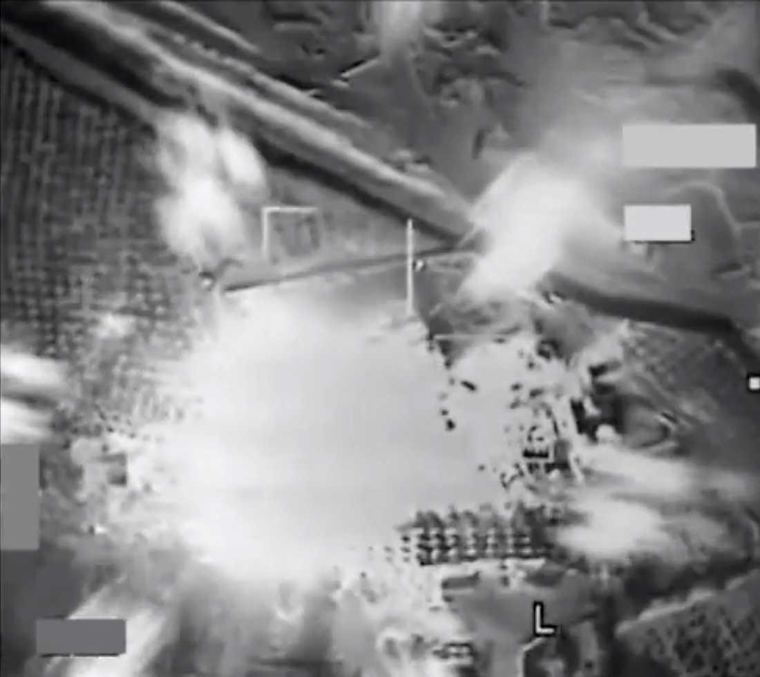 Bild från USA:s centralkommando som visar bombningen av ett oljeraffinaderi i Syrien.