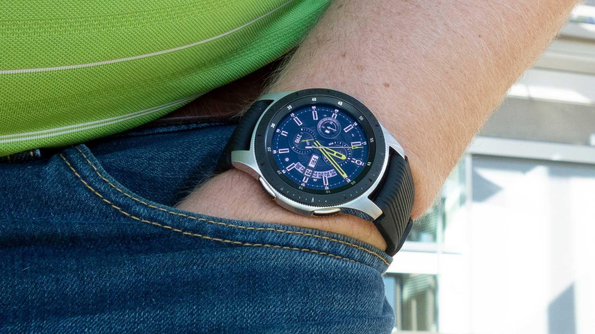 Klockan tar upp en hel del plats på armen, men finns även i en mindre modell.