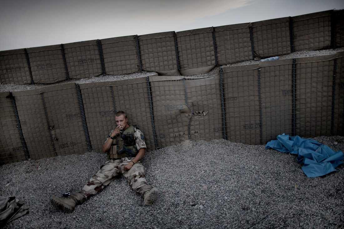 En av de svenska soldaterna pustar ut i skymningen efter att ha hjälpt till att gräva upp två galtar (pansarfordon) som fastnat i Balkhfloden.