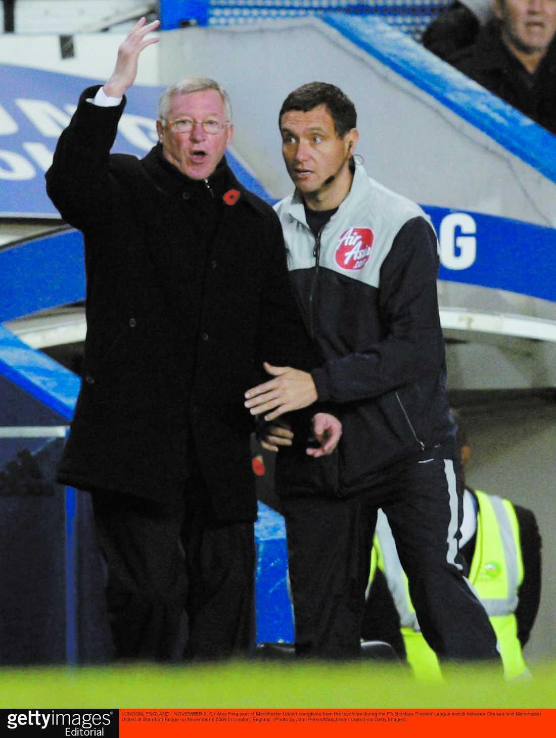 Rasande Sir Alex Ferguson var inte nöjd med förlusten och lugnas ner av fjärdedomaren.
