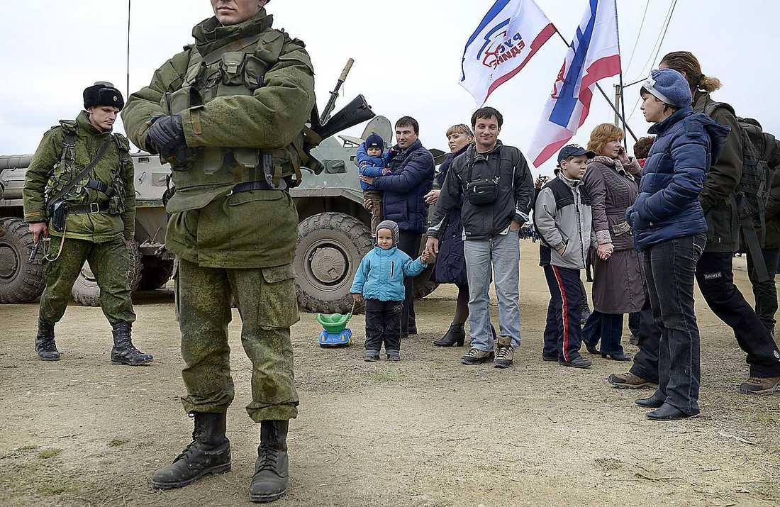 kris - för pressen Ryska trupper på Krim 2014. Torsten Kälvemark menar att den svenska pressen staplat klichéer på varandra i rapporteringen från Ukraina.Vladimir Putin.