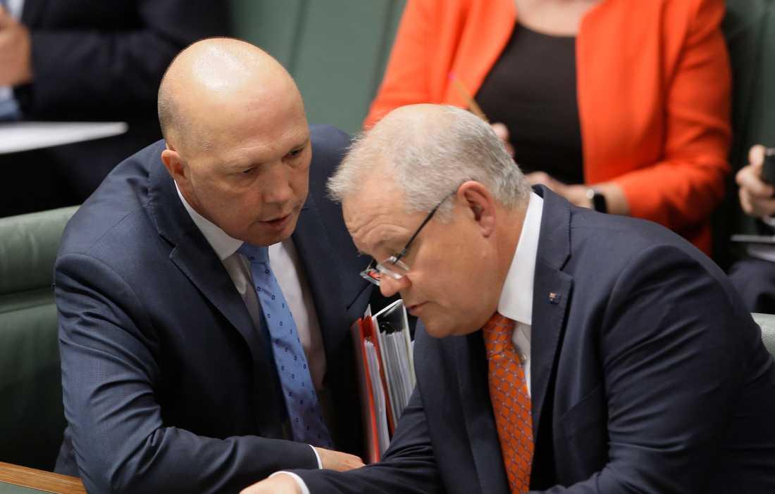 Australiens inrikesminister Peter Dutton (till vänster) har smittats av coronavirus. Här syns han i en bild från sommaren 2019 tillsammans med premiärminister Scott Morrison.