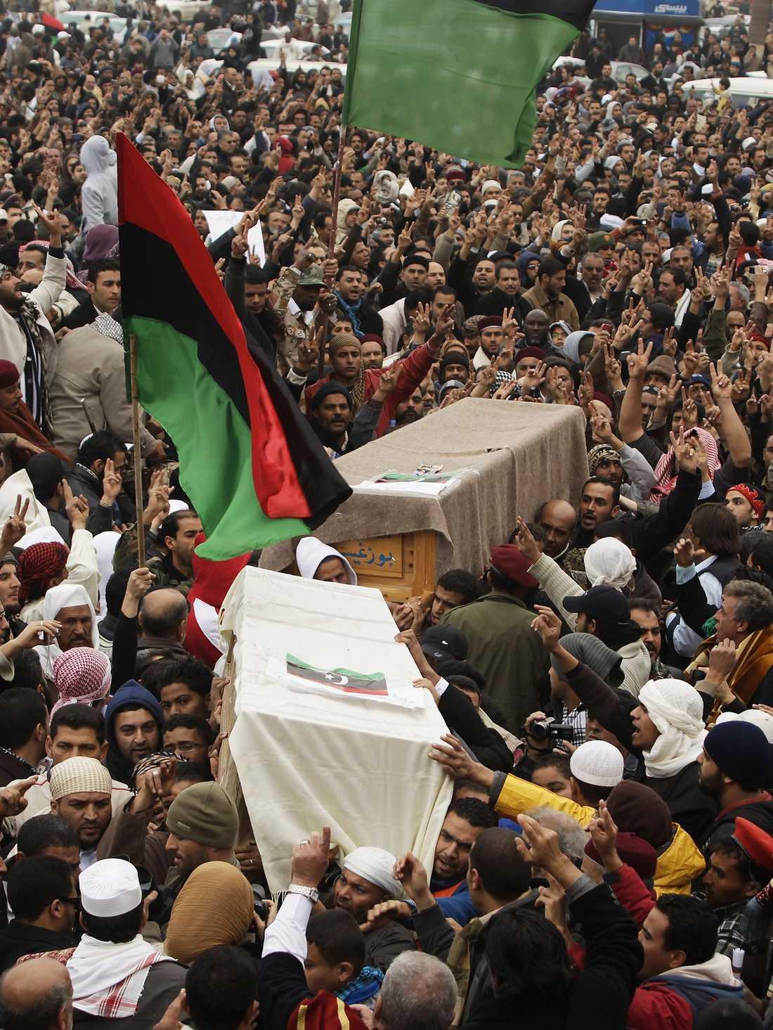 SORG OCH ILSKA I Benghazi sörjer demonstranterna revolutionens senaste dödsoffer. Muammar Gaddafi vägrar att ge upp och nu försöker UD att övertyga svenska medborgare på plats att lämna landet.