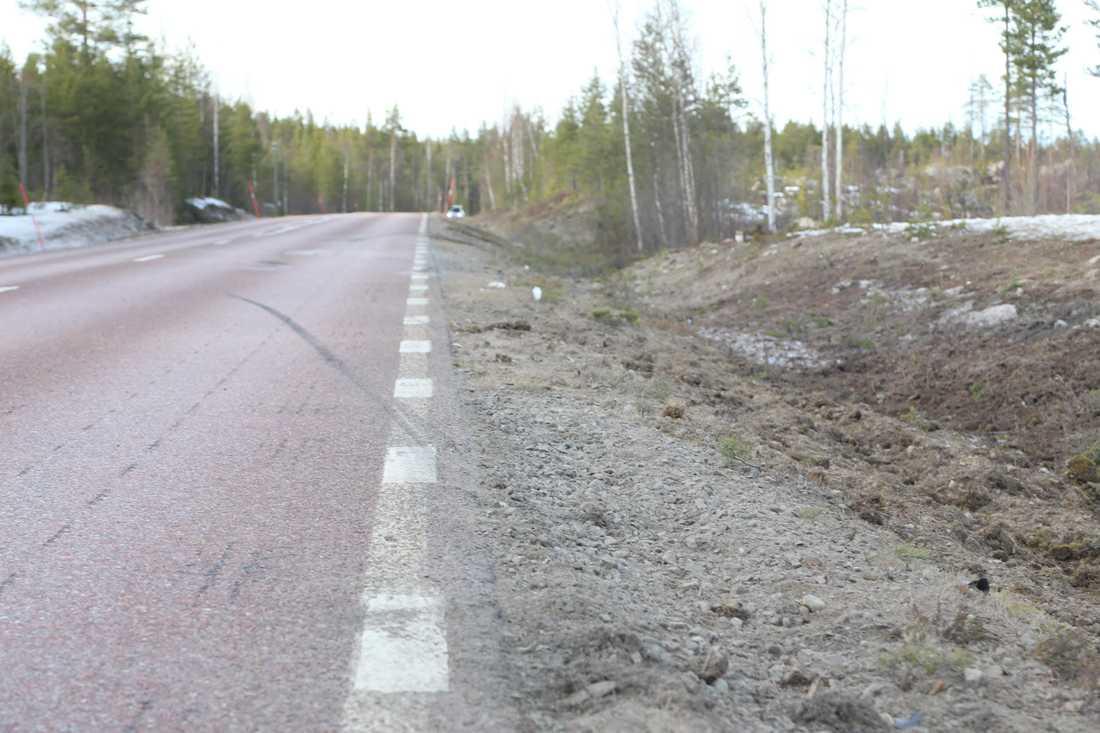Däckspår på olycksplatsen.