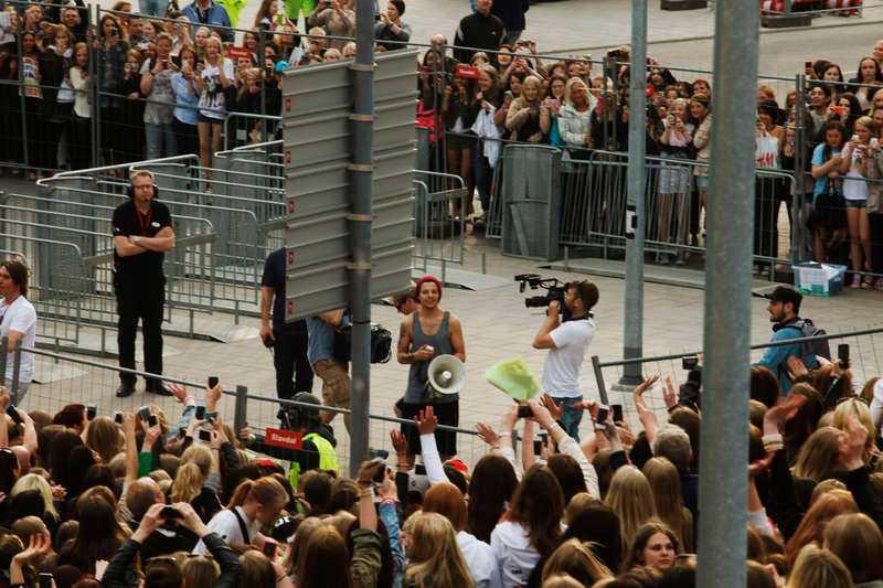 Pojkbandet visade upp sig för de köande fansen först några timmar innan konserten.