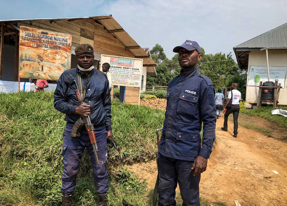 Kongolesisk polis vaktar en klinik där vaccinationer mot ebola utförs. Bild från tidigare i juni.